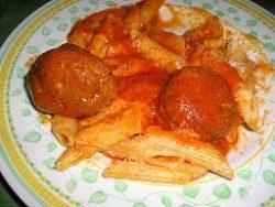 Les macaronis en sauce et les boulettes de viande